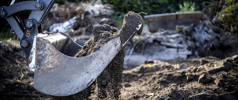 Gravskovl til nedrivning af terrasse og skur