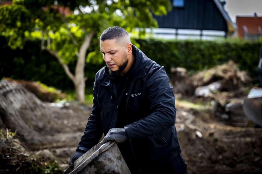 Zak tømmer nedrivningspladsen for skrald