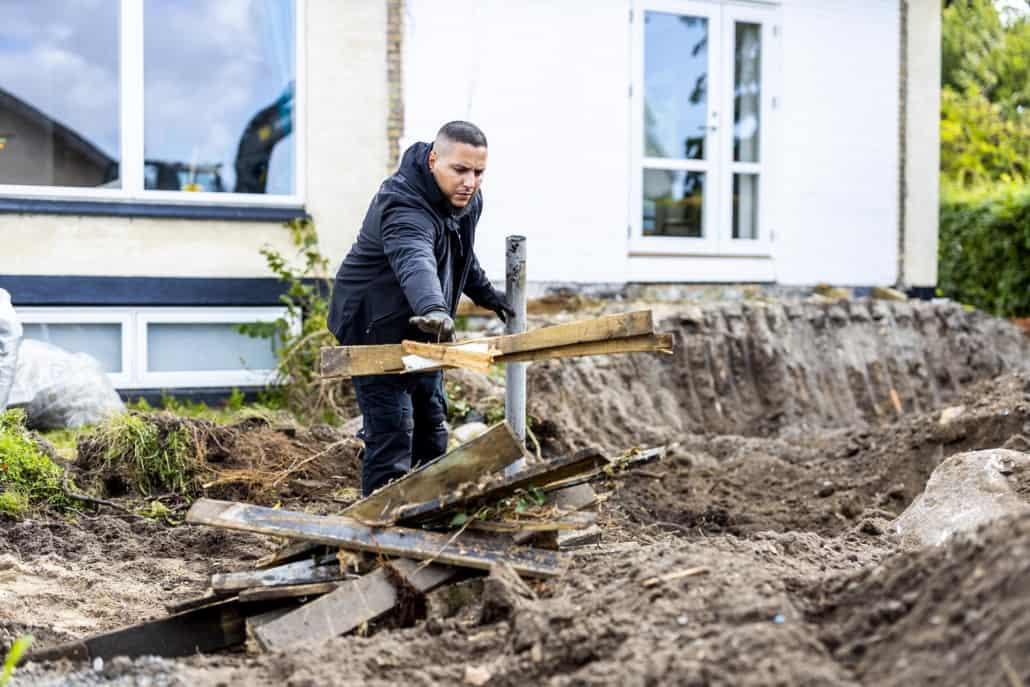 Zak udfører nedrivning for en terrasse